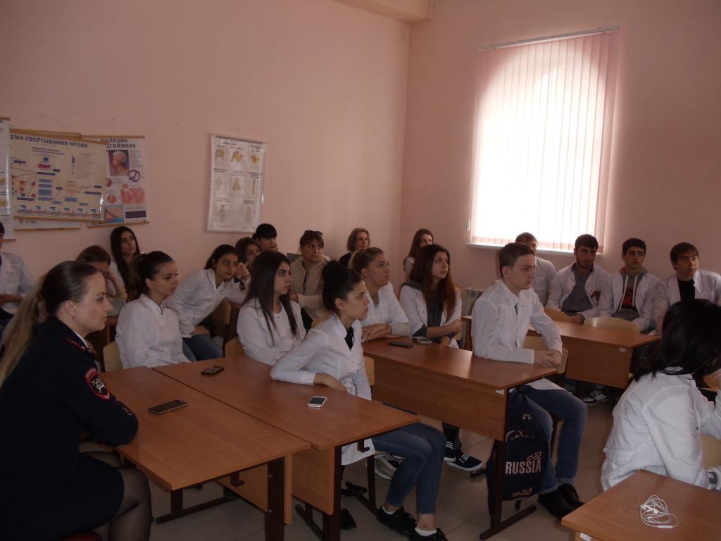Студенты колледжа беседуют с представителями Отдела ГИБДД