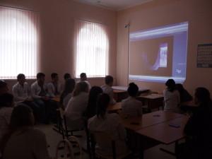 Студенты колледжа смотрят фильм