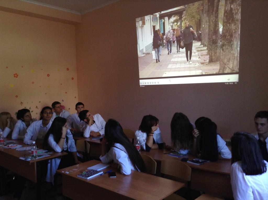 Студенты колледжа за просмотром фильма